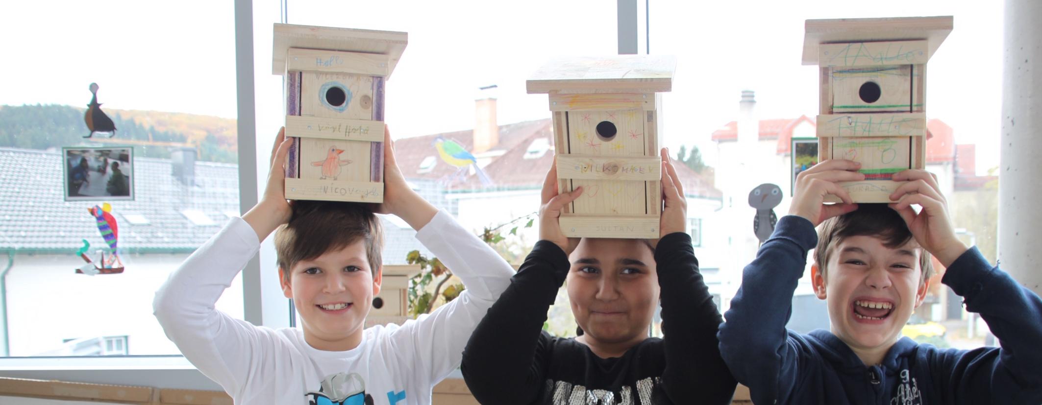 Kinder mit Vogelhaus: Die ersten Nistkästen sind fertig – sehr zur Freude der Nachwuchskünstler aus der Volksschule Bad Sauerbrunn!